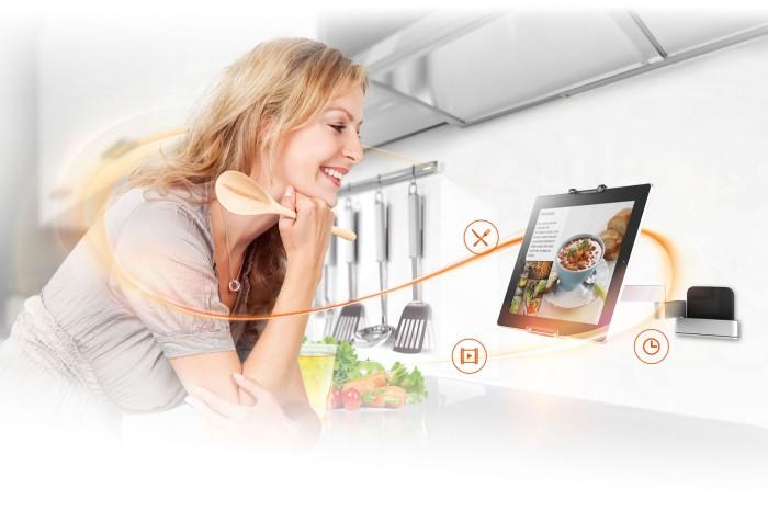 Mal eben in der Küche virtuell das Lieblingsgericht nachschlagen und dabei die Hände frei haben: Universelle Tablet-Halterungen machen es möglich.