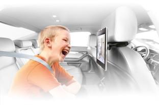 So vergehen selbst lange Autofahrten wie im Handumdrehen: Mit den Lieblingsclips auf dem Tablet hat der Nachwuchs seinen Spaß.