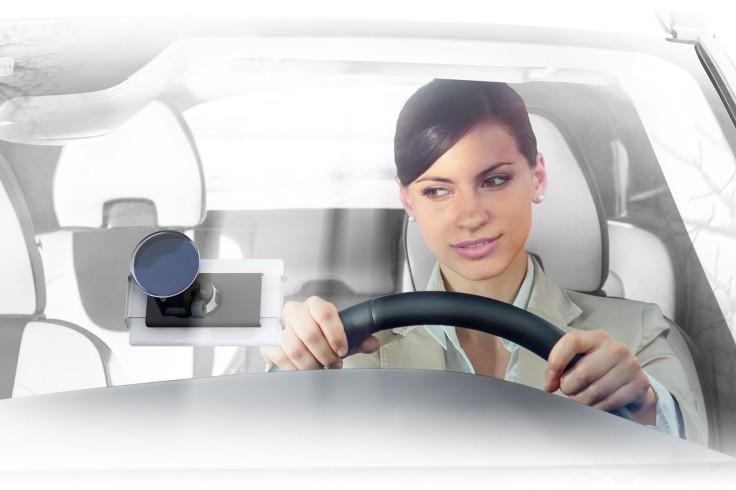 Mit der passenden Halterung werden das Smartphone oder das Tablet zum Navigationsgerät im Auto.