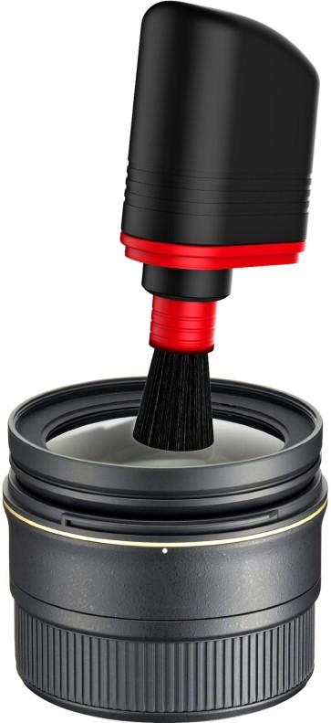 Der weiche, anti-statische Karbon-Pinsel löst sanft Staubpartikel von empfindlichen Objektiven und Kameragehäusen. Foto: djd/Cyber Clean